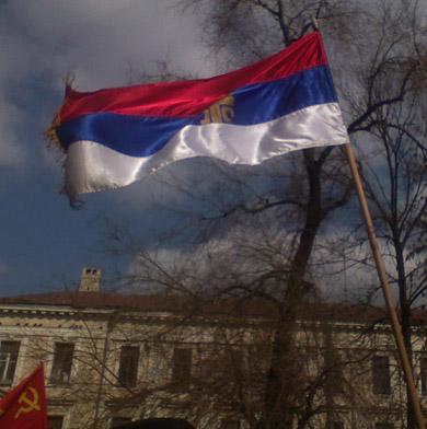 Сербский флаг на митинге 22 марта